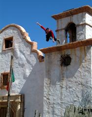Doble realizando una Gran caída desde la torre  de una Iglesia en el Old Tucson Studios